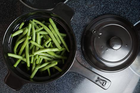 Xtrema Ceramic Cookware holding green beans